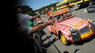 Un véhicule publicitaire dans la caravane du Tour de France, le 17 juillet 2014 entre Bourg-en-Bresse (Ain) et Saint-Etienne (Loire). (MAXPPP)