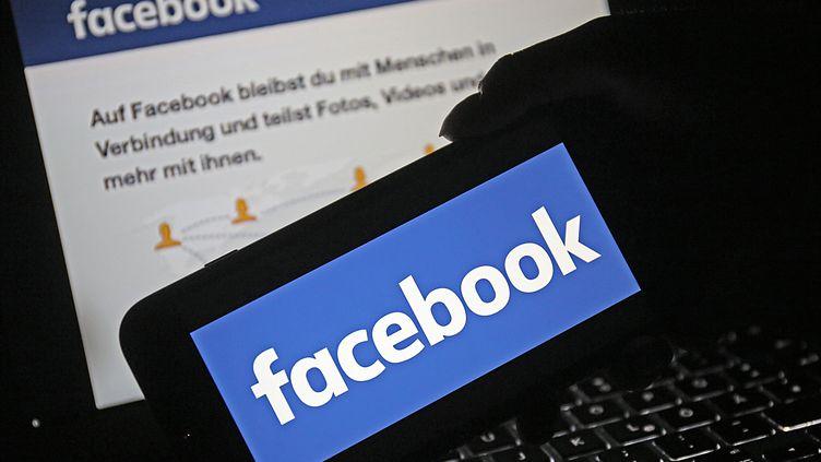 Image d'illustration avec le logo du réseau social Facebook sur un téléphone portable. (OLIVER BERG / DPA / AFP)