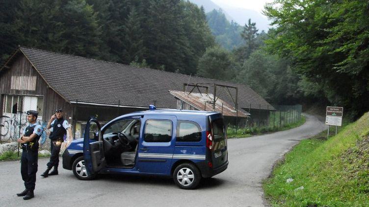 Des gendarmes à proximité du lieu où quatre personnes ont été tuées par balles, près de Chevaline (Haute-Savoie),le 5 septembre 2012. (JEAN-PIERRE CLATOT / AFP)