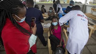 Campagne devaccination Covid-19 à l'hôpital Mbagathi, à Nairobi, le 12 avril 2021. (ROBERT BONET / NURPHOTO)