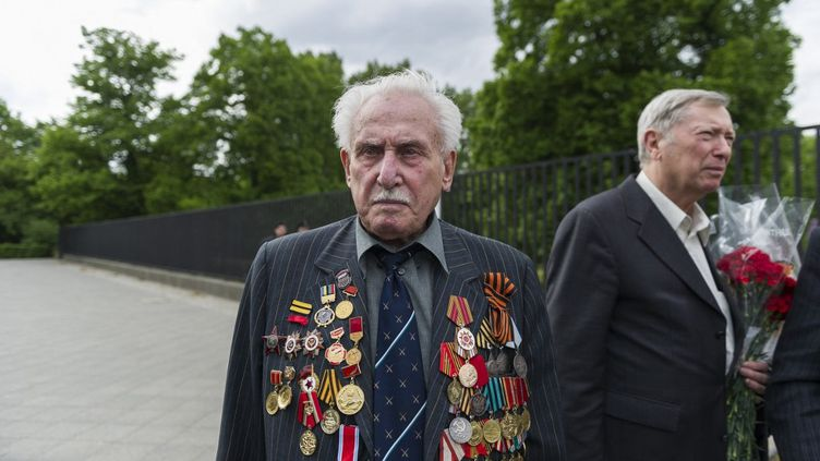 Le vétéran David Dushman lors d'un service commémoratif le 5 mai 2015 au mémorial soviétique sur la Strasse des 17, à Berlin, en Allemagne. (MARKUS HEINE / NURPHOTO / AFP)