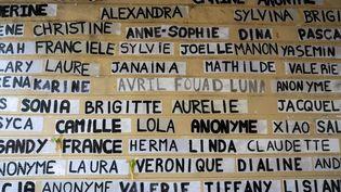 Les noms des femmes victimes de féminicides conjugaux en 2020 sont collés sur un mur à Paris, le 10 janvier 2021. (SANDRINE MARTY / HANS LUCAS / AFP)