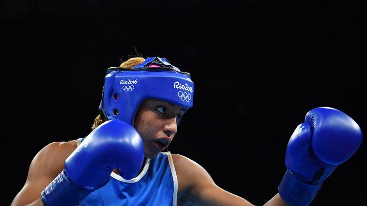 Estelle Mossely en finale de la catégorie poids léger, face à la Chinoise Yin Junhua. (YURI CORTEZ / AFP)