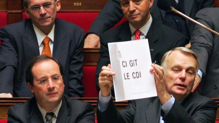 François Hollande, alors premier secrétaire du PS, et le député Jean-Marc Ayrault à l'Assemblée nationale, ke 31 janvier 2006, lors du débat parlementaire sur le contrat première embauche. (JACQUES DEMARTHON / AFP)
