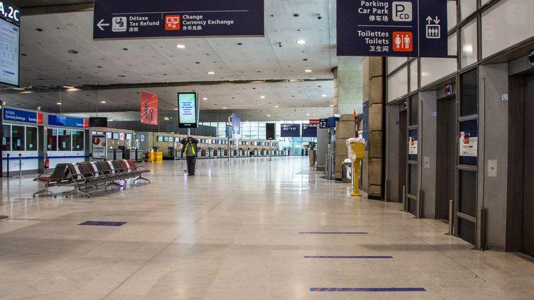 Un hall vide de l'aéroport Charles-de-Gaulle, à Roissy (Val-d'Oise), le 16 janvier 2021. (SANDRINE MARTY / HANS LUCAS / AFP)