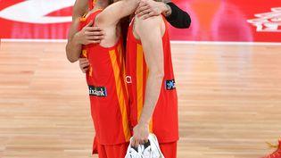 Les basketteurs espagnols se congratulent le 15 septembre 2019 à Pékin (Chine) après leur victoire en finale de la Coupe du monde de basket. (HECTOR RETAMAL / AFP)