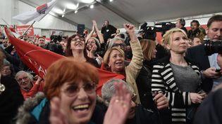 Les militants de Syriza célèbrent la victoire de leur parti aux législatives en Grèce, le 25 janvier 2015. (ARIS MESSINIS / AFP)