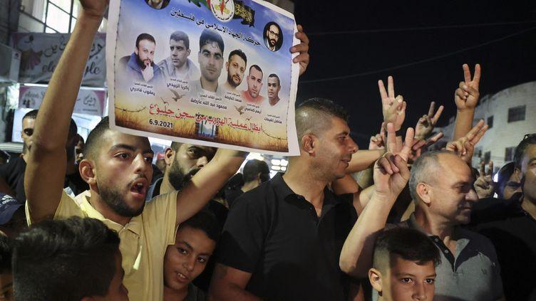Des Palestiniens brandissent les portraits des six détenus etfêtent leur évasion dans un camp de réfugiés à Jénine, en Cisjordanie occupée, le 6 septembre 2021. (JAAFAR ASHTIYEH / AFP)