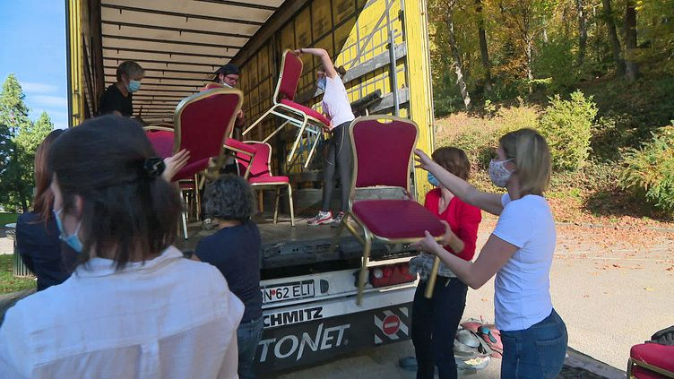 Les employés du Domaine de Marlioz à Aix-les-Bains aident les bénévoles du Secours Populaire à charger les meubles pour les sinistrés de la tempête Alex (France 3 AURA)