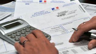Une personne consulte son avis d'impôt sur le revenu 2010. (Photo d'illustration) (PHILIPPE HUGUEN / AFP)