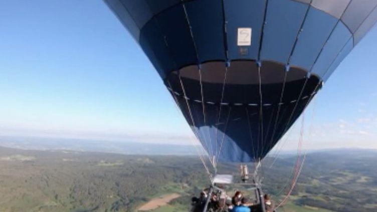 Afin de dire merci au personnel soignant pour son combat contre le coronavirus, les pilotes de montgolfière leur offrent des vols au-dessus des puys d'Auvergne. (FRANCE 3)