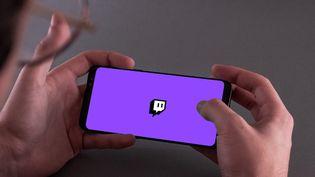 Un utilisateur de Twitch, le 14 mars 2021 à Paris. (UGO PADOVANI / HANS LUCAS / AFP)