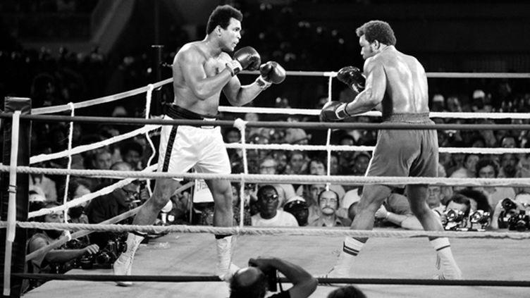 Mohamed Ali et George Foreman s'affrontent le 30 octobre 1974 à Kinshasa dans le plus célèbre combat de l'histoire de la boxe (- / AFP)