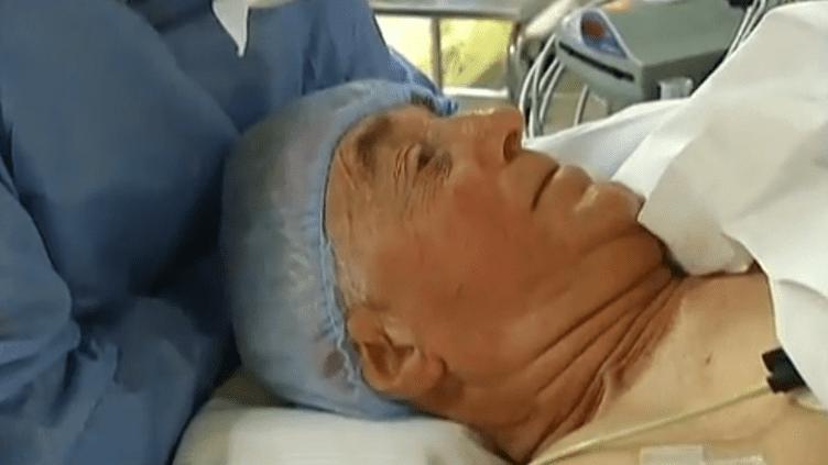 Un patient est opéré sous hypnose à l'hôpital Saint-Joseph de Paris. ((FRANCETV INFO / FRANCE 2))