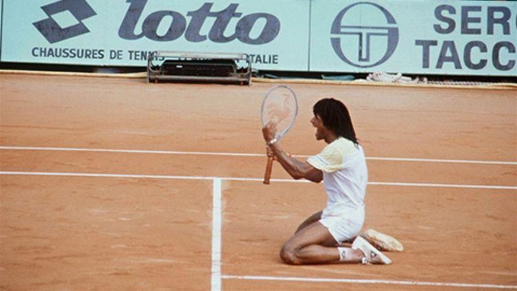 Yannick Noha à genoux sur le Central de Roland-Garros après sa victoire contre Mats Wilander en 1983