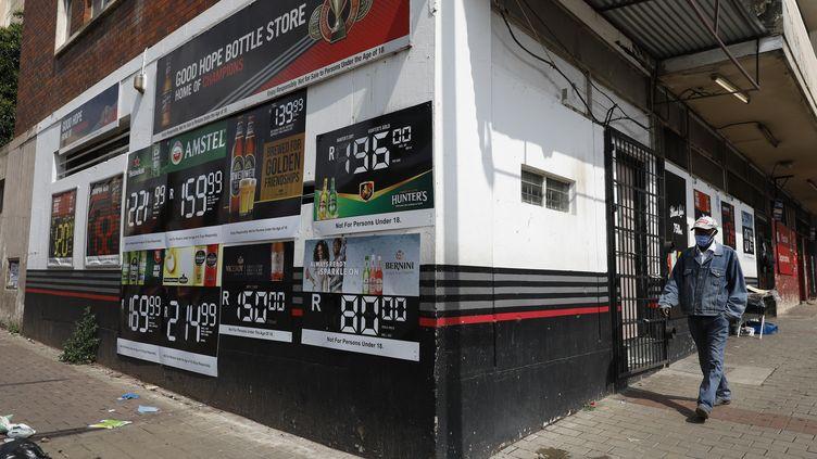 Un homme passe devant un magasin d'alcool fermé à Hillbrow, Johannesburg, le 29 décembre 2020. Le 28 décembre 2020, le président sud-africain Cyril Ramaphosa a annoncé une nouvelle interdiction de la vente d'alcool. (PHILL MAGAKOE / AFP)