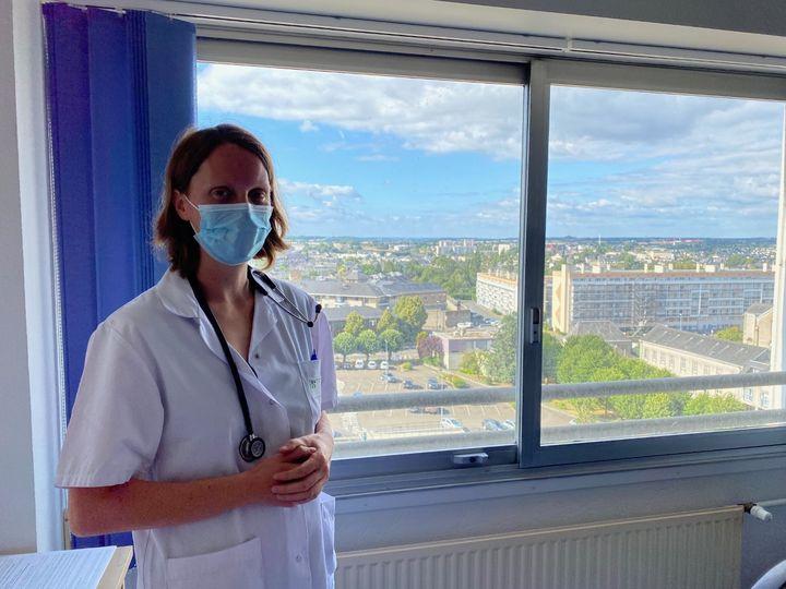 Le Dr Noémie Gaudré, au CH de Laval, le 16 juillet 2020. (BORIS LOUMAGNE / RADIO FRANCE)