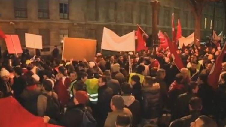 Manifestation devant l'Assemblée nationale, à Paris, le 22 décembre 2011. (REUTERS)