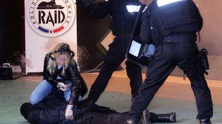 Des policiers du Raid (Recherche, Assistance, Intervention, Dissuasion) neutralisent un collègue l'aide d'un taser lors d'un entrainement,à Bièvres, (Essonne)le 02 janvier 2007.  (DOMINIQUE FAGET / AFP)