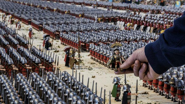 Le collectionneur Jean-Michel Leuillier a réalisé une mise en scène comprenant 26 000 playmobils, à Heyrieux (Isère), samedi 19 mars 2016. (JEFF PACHOUD / AFP)