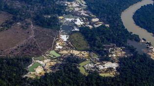 Vue aérienne du camp minier d'Esperanca IV, près du territoire indigène Menkragnoti, dans le bassin amazonien, le 28 août 2019. (JOAO LAET / AFP)