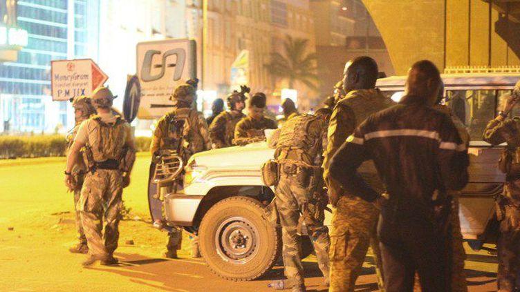 Des policiers en face de l'hôtel pris d'assaut par les djihadistes. (OLYMPIA DEMESOND / ANADOLU AGENCY)
