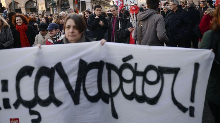 Manifestation devant le siège du Medef, le 27 février 2014, à Paris. (MARTIN BUREAU / AFP)
