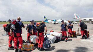 Des secours se regroupent sur le tarmac de l'aéroport de Pointe-à-Pitre (Guadeloupe), le 10 septembre 2017, pour rejoindre Saint-Martin après le passage de l'ouragan Irma. (MAXPPP)