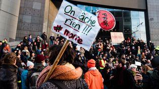 """Une affiche """"On lâche rien"""" brandie par une manifestante lors du défilé contre la réforme des retraites, samedi 11 janvier à Paris. (SAMUEL BOIVIN / AFP)"""