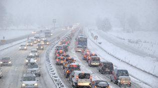 La neige crée un embouteillage sur l'autoroute près de Albertville le 27 décembre 2014. (JEAN-PIERRE CLATOT / AFP)