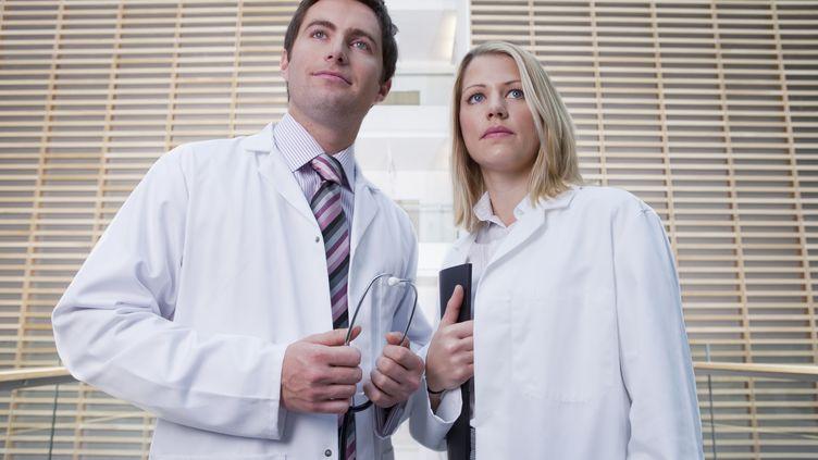 Certains médecinsinternes reconnaissent faire des erreurs à cause du surmenage. (CULTURA RF / GETTY IMAGES)