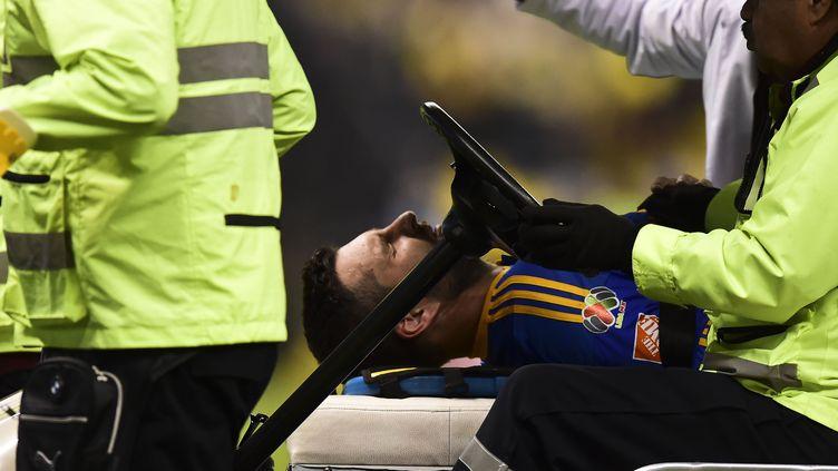André-Pierre Gignac a quitté le stade sur civière avant d'être amené à l'hôpital. (RONALDO SCHEMIDT / AFP)