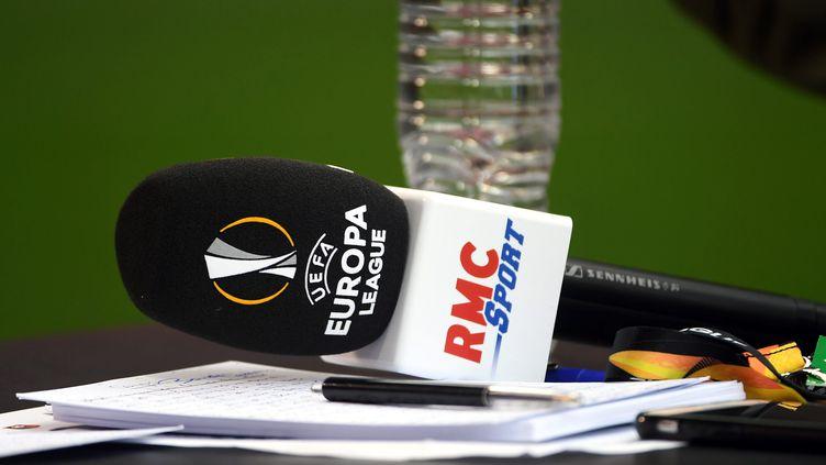 Un micro de la chaîne de télévision RMC Sport retransmettant l'Europa League ainsi que la champions League, le 20 septembre 2018. (NICOLAS CREACH / MAXPPP)
