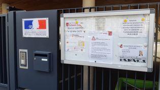 Près de 300 000 enfants qui auraient dû reprendre le chemin de l'école se voient contraints de rester à la maison. Les écoles de l'Oise et du Haut-Rhin sont fermées, comme ici à Mulhouse. (JÉRÔME JADOT / RADIO FRANCE)