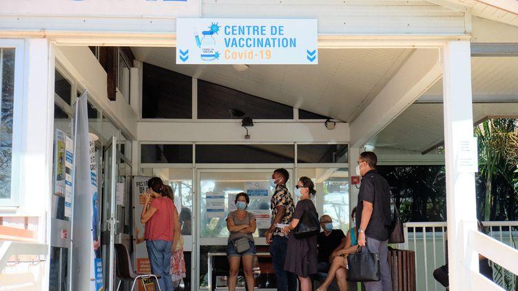 Des personnes font la queue dans un centre de vaccination à Nouméa, en Nouvelle-Calédonie, le 16 mars 2021. (THEO ROUBY / AFP)