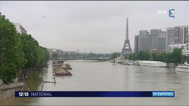 À Paris, les habitants qui vivent au bord de la Seine ont les pieds dans l'eau