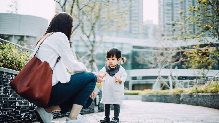 Une femme et sa fille à Hong Kong, le 5 mars 2019. (D3SIGN / MOMENT RF)