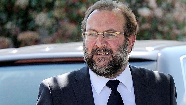 """Gérard Dalongeville, ancien maire PS d'Hénin-Beaumont (Pas-de-Calais), arrive au tribunal de Béthune pour l'ouverture de son procès pour """"détournements de fonds publics"""", le 27 mai 2013. (DENIS CHARLET / AFP)"""