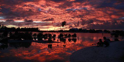 Coucher de soleil sur l'île de Tarawa du Sud sur l'archipel de Kiribati le 25 mai 2013. Une vue somptueuse qui fait ressortir «l'espèce de dualité entre le côté paradisiaque du lieu et le caractère infernal des conditions de vie», explique l'écrivain Julien Blanc-Gras. (Reuters - David Gray)