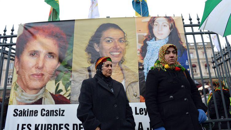 Portrait des trois activistes Kurdes assassinées en janvier 2013 à Paris, lors d'une manifestation le 12 janvier 2013 à Paris. (MIGUEL MEDINA / AFP)