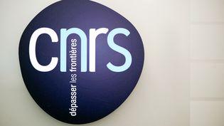 Le logo duCentre national de la recherche scientifique (CNRS)à Paris, le 7 décembre 2012. (LIONEL BONAVENTURE / AFP)