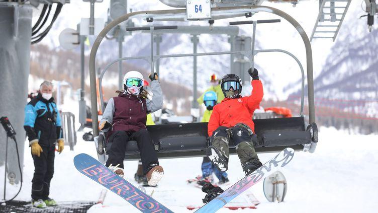 Ouverture des pistes le mercredi 9 décembre 2020 dans la station d'Auron dans les Alpes-Maritimes pour notamment les licenciés des fédérations de ski. Photo d'illustration. (SEBASTIEN BOTELLA / MAXPPP)