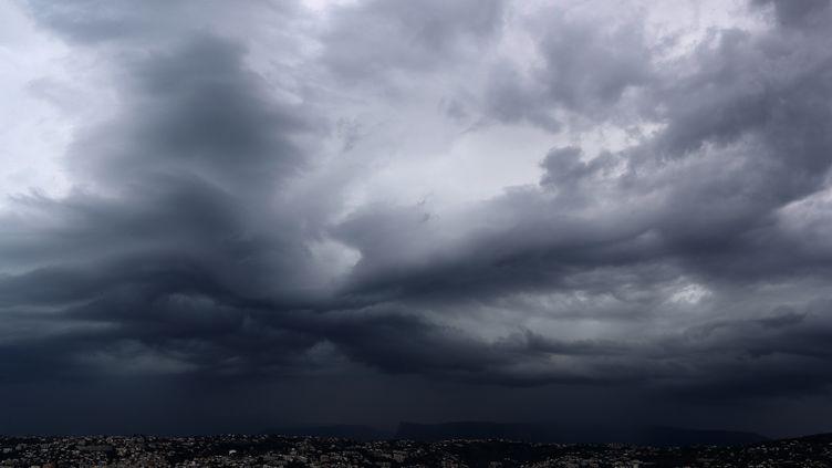Un orage au-dessus de la ville de Nice (Alpes-Maritimes), le 21 septembre 2016. (VALERY HACHE / AFP)