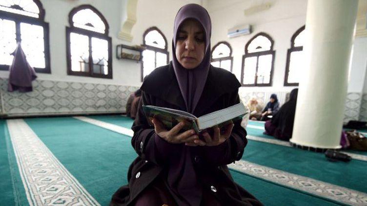Fatma Zohra, l'une des femmes imams ou mourchidates, lisant le Coran dans la mosquée al-Nidal d'Alger, en février 2015. (AFP/ Farouk Batiche )