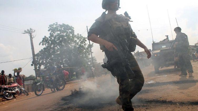 """Les soldats français de la force """"Sangaris"""" patrouillent à Bimbo,près de Bangui (Centrafrique) lors d'une protestation contre une opération de désarmement des milices anti-balakas, le 23 juin 2014. (PACOME PABANDJI / AFP)"""