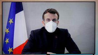 Emmanuel Macron lors d'une visioconférence, après avoir été testé positif au coronavirus, le 17 décembre 2020. (CHARLES PLATIAU / AFP)