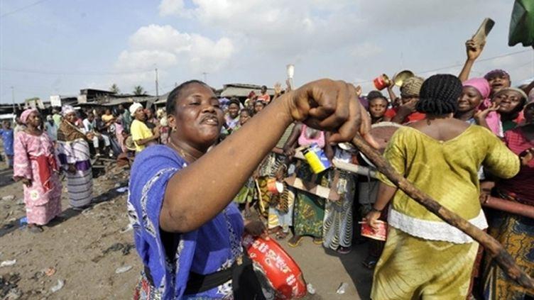 Des femmes manifestent contre les violences à Abidjan, dans le quartier de l'Abattoir (22 décembre 2010) (AFP / Sia Kambou)