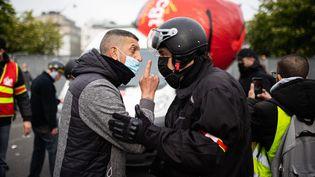 Un manifestant s'explique vivement avec un membre du service d'ordre de la CGT, le 1er mai 2021, à Paris. (MAXPPP)