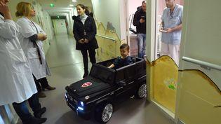 Un enfant est conduit au bloc opératoire, le 2 février 2018 à l'hôpital de Valenciennes (Nord). (FRANCOIS LO PRESTI / AFP)