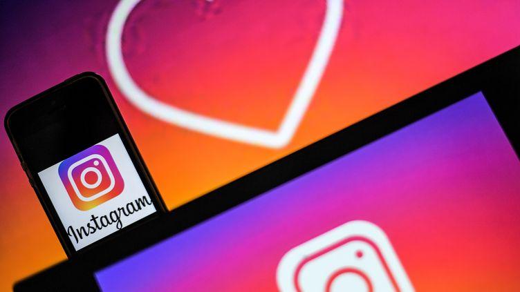 Le logo d'Instagram le 2 mai 2019 sur l'écran d'un smartphone à Nantes (Loire-Atlantique). (LOIC VENANCE / AFP)